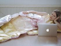 Дизайнер создала коллекцию одежды из подушек и одеял