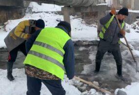 В столице русло реки Ала-Арча очищают ото льда