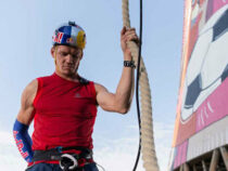 Спортсмен сумел необычайно быстро взобраться вверх по 50-метровому канату