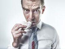 Диетолог рассказал, как перестать «заедать» стресс