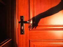 Таинственный гость по ночам стучит в двери испуганных селян