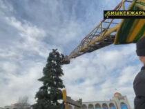 В Бишкеке убирают новогоднюю елку