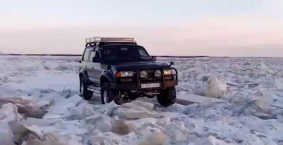 Экстремалы на внедорожнике съездили на заправку через замерзший пролив