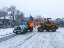 В Бишкеке продолжаются очистка улиц от снега