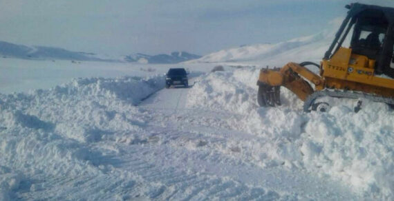Снегопады и вьюга на Иссык-Куле парализовали движение на двух дорогах