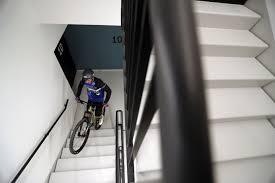 Спортсмен взобрался на 140-метровое здание на велосипеде