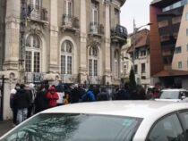 Кому бургер, кому штраф. В Бухаресте выстроилась очередь за бесплатным угощением