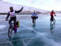 На льду Байкала прошла экстремальная гонка на коньках и велосипедах