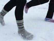 Любители босоногого бега в Финляндии зимой надевают шерстяные носки