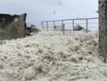 Морская пена накрыла деревню в Ирландии