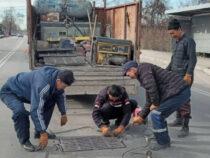 «Бишкекасфальтсервис» устанавливает крышки на люки