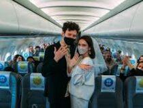 150 пассажиров самолета случайно стали гостями на «высотной» свадьбе