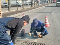 Мэрия Бишкека устанавливает замки наливневых решетках