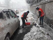 Бишкек вновь завалило снегом