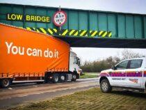 Грузовик со слоганом  на борту «Ты сможешь это сделать» застрял под мостом