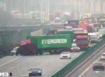 В Китае фура с контейнером Evergreen повторила ЧП с судном-гигантом в Суэцком канале