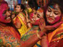 Тысячи людей приняли участие в фестивале красок в Индии