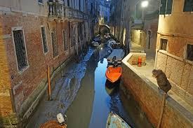 В Венеции из-за сильных отливов пересохли каналы
