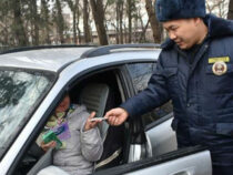 В Бишкеке сотрудники УПСМ поздравили женщин-водителей с 8 марта