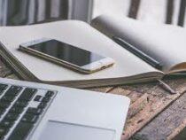 Эксперт объяснил, почему на встрече не следует класть телефон на стол