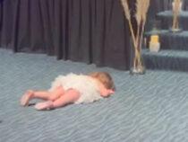 Маленькая гостья закатила истерику на свадьбе, но на неё никто не обиделся