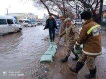 На пересечении проспекта Дэн Сяопина и улицы Алыкулова затопило проезжую часть