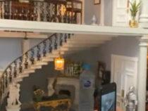 Люди онлайн бронировали кукольный домик, принимая его за роскошный особняк