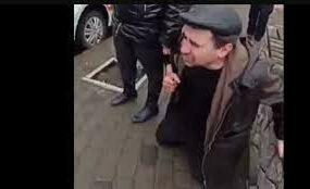 «Пацаны, заберите меня»: пьяный мужчина на коленях просился в милицию из-за жены