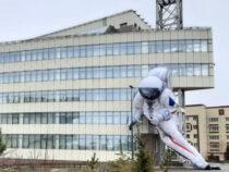 В Красноярске сдулся надувной космонавт