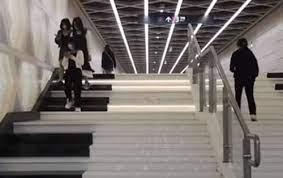Войдя на станцию метро, любой желающий может почувствовать себя пианистом