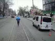 Украинец опоздал на трамвай и бегал с ним наперегонки, показывая водителю средний палец