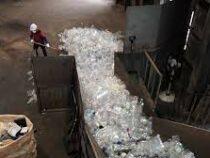 Одежду из переработанных пластиковых бутылок шьют в Корее