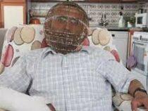 Бросающий курить житель Турции заковал свою голову в клетку