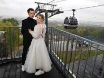 В Москве на канатной дороге поженились 30 пар