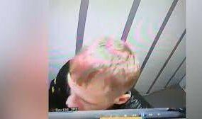 Житель Алтая так понравился себе в зеркале, что оторвал и унёс его из лифта