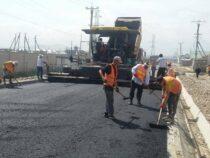 В жилмассивах Бишкека продолжается ремонт дорог