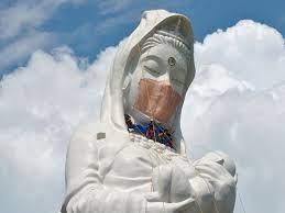 В Японии для 57-метровой статуи пошили защитную маску