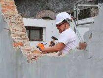 В Польше мэр города решил сам разобрать старое здание, чтобы сэкономить