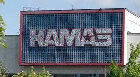 Курьез: Рабочие КАМАЗа покрасили асфальт к приезду важного чиновника из Москвы
