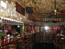 Два миллиона долларов на потолке. В США супруги оригинально украсили паб