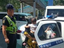 В Бишкеке сотрудники патрульной милиции довозят горожан домой
