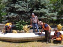 Коммунальные службы Бишкека привели в порядок сквер возле Дома торговли