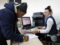 Мигрантов в России хотят обязать получать единый документ с электронным носителем