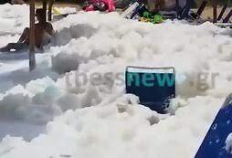 В Греции пляж завалило толстым слоем биопены из-за изменения климата