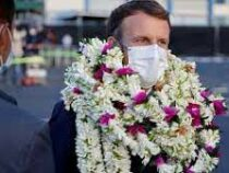 Макрона завалили венками с цветами при посещении Французской Полинезии