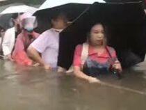 Потоп в Китае: пассажиры стояли в вагонах метро по грудь в воде
