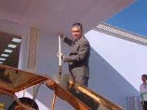 Президент Туркменистана с золотой лопатой оставил золотое послание потомкам
