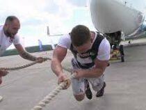 Силач протащил 65-тонный самолет и побил рекорд России по трек-пулу