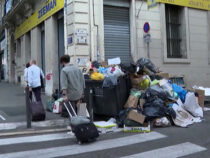 Французский город завалило мусором