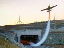Пилот установил рекорд, пролетев через автомобильные туннели